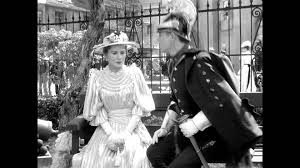 militar del siglo XIX muy engalanado sentado junto a una mujer del XIX vestida de época