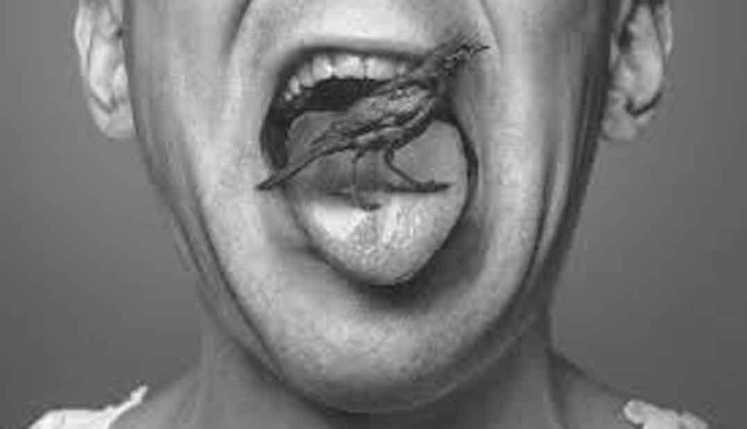Boca abierta con lengua sacada y sobre la lengua un pequeño pájaro extraño