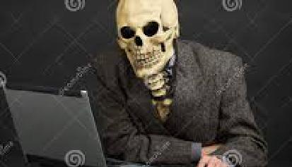 esqueleto con chaqueta y corbata ante el ordenador. Fotocoposición