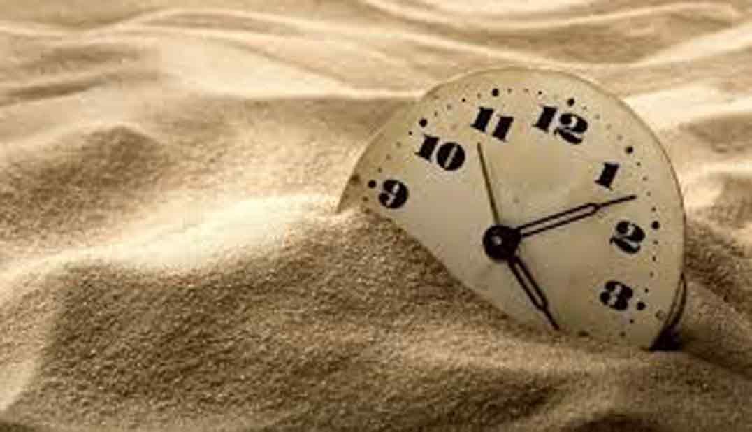 reloj de cadena hundiéndose en la arena para un artículo del blog literario lluvia en el mar