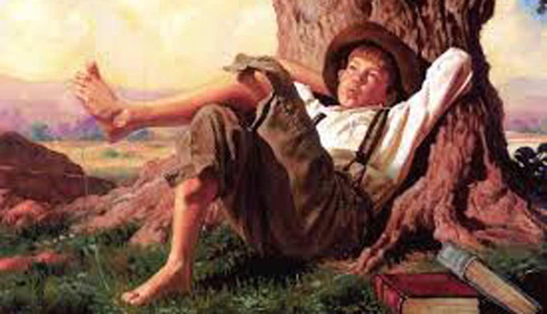 Tom Sawyer, de Mark Twain, dibujo (pintura) de Tom tumbado bajo un árbol, con las manos en la nuca, silbando abstraído