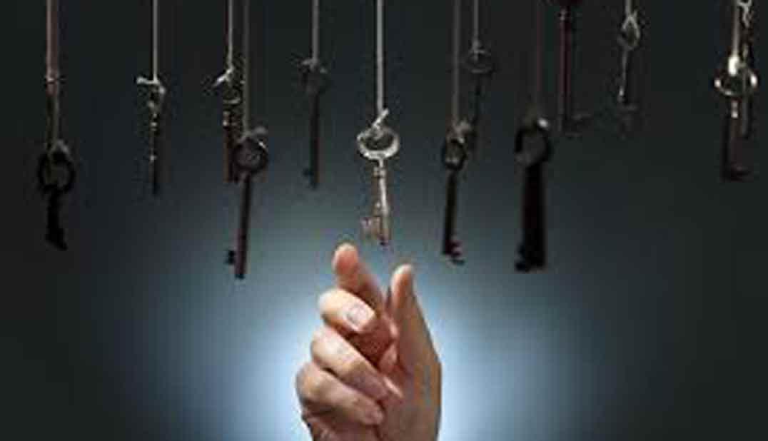 mano eligiendo llaves colgadas de cuerdas