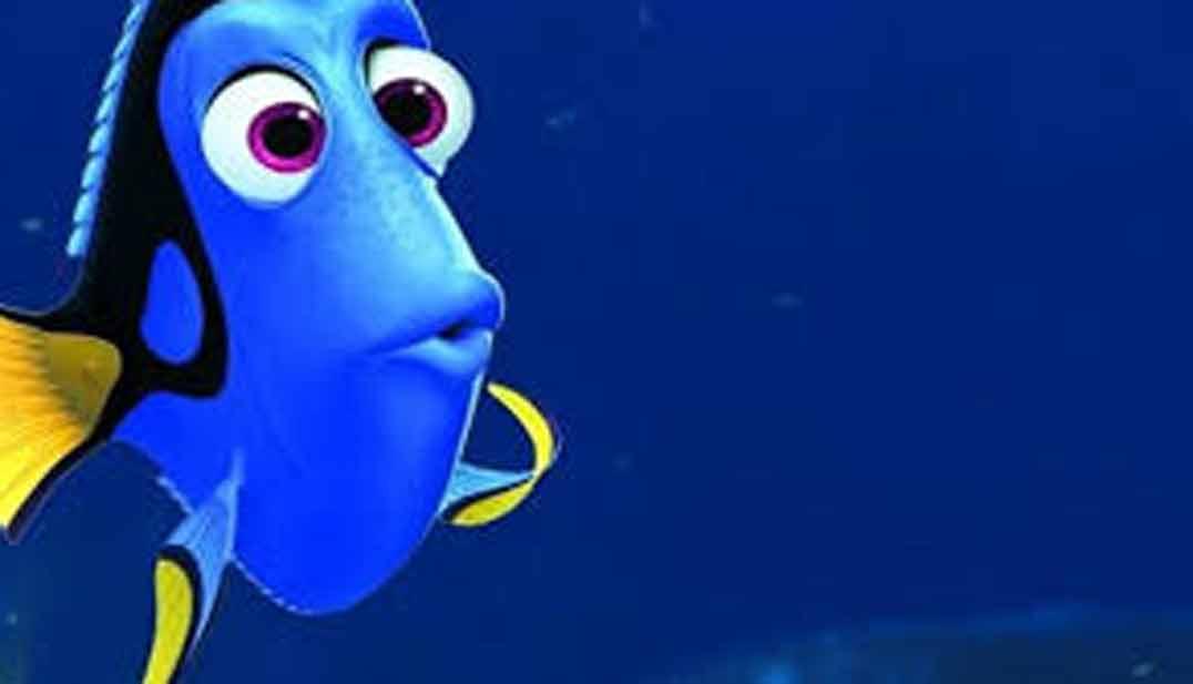 imagen de dory, personaje de disney, sorprendida sobre fondo mar azul marino oscuro