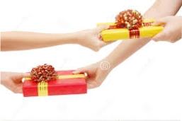 Composición fotográfica cuatro manos dándose y recibiendo regalos