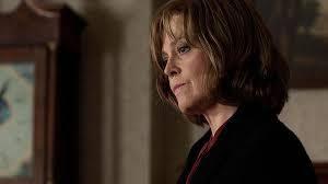 """Película """"Un monstruo viene a verme. Foto de Sigourney Weaver como abuela para crítica del Blog literario lluvia en el mar"""