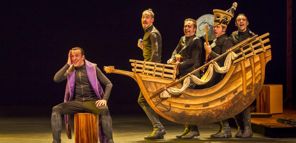 """Escena de la obra """"Cervantina"""" de Ron Allá. Cuatro actores en un barco de cartón y otro sentado interpretando al celoso Cañizares"""