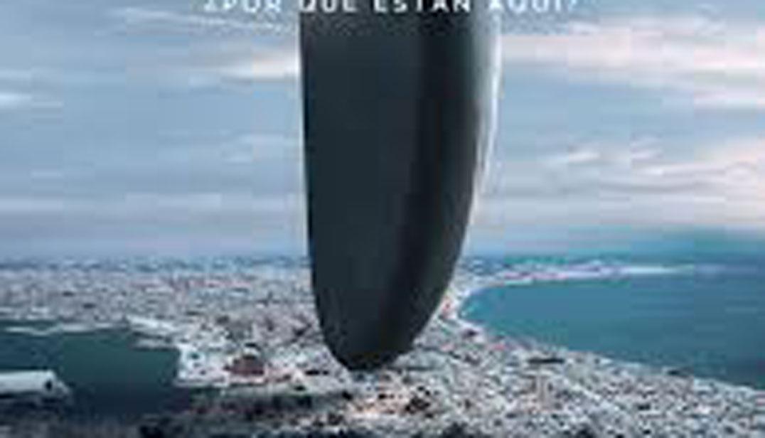 La llegada, película de ciencia ficción, cartel, nave extraterrestre posada sobre playa