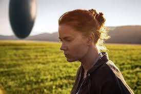 Amy Adams junto a nave extraterrestre en el campo en la película La Llegada