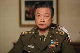 Foto busto de militar chino sentado en la película la llegada