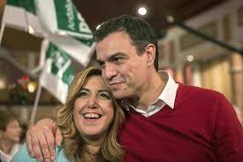 Pedro Sánchez y Susana Díaz, del PSOE. El le pasa a ella el brazo por el hombro. Ambos sonríen.