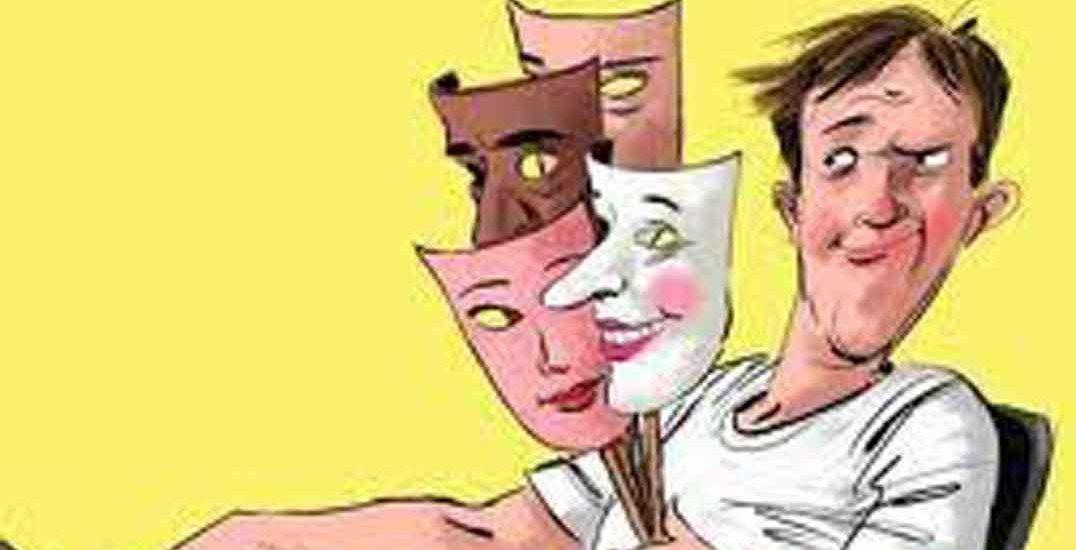 Dibujo comic de hombre sosteniendo cuatro caretas, sentado y con gesto extraño
