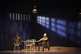 Pepe Ocio y Roberto Alamo en Lluvia constante, de Keith Huff, escenografía, plano general, sentados