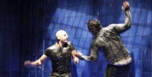 Pepe Ocio y Roberto Alamo en Lluvia constante, de Keith Huff, ambos pegándose bajo la lluvia