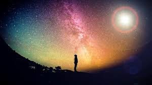 Pintura aerosol universo y sombra pequeña de humano en el centro abajo
