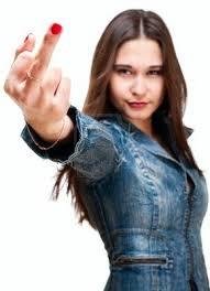 Chica de unos treinta años haciendo peineta con el dedo corazón