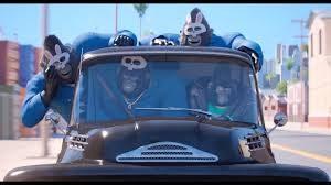 escena de acción gorilas enmascarados en coche, personajes de Canta, película de dibujos