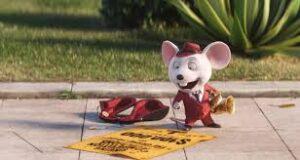 escena de ratón en la calle leyendo un anuncio en el suelo, personaje de Canta, película de dibujos