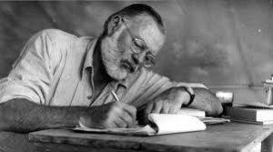Ernest Heminway, viejo, escribiendo