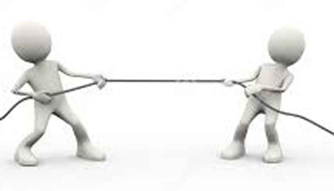 Dos muñecos idénticos jugando al socatira. Muñecos blancos sobre fondo blanco