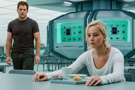 Passengers, protagonistas, JESSICA LAWRENCE y Chris Pratt Enfadados, ella ante una mesa comiendo, no le mira, él se acerca, de pie