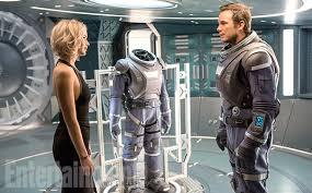 Passengers, protagonistas, JESSICA LAWRENCE y Chris Pratt ante un traje espacial