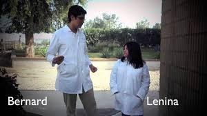 Fotograma de película Un mundo feliz, con personajes de Lenina y Bernard