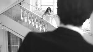 Mujer en escaleras al fondo, en primer plano, de espaldas, hombre