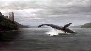 Fotocomposición en gris de monstruo marino en el agua junto a la costa