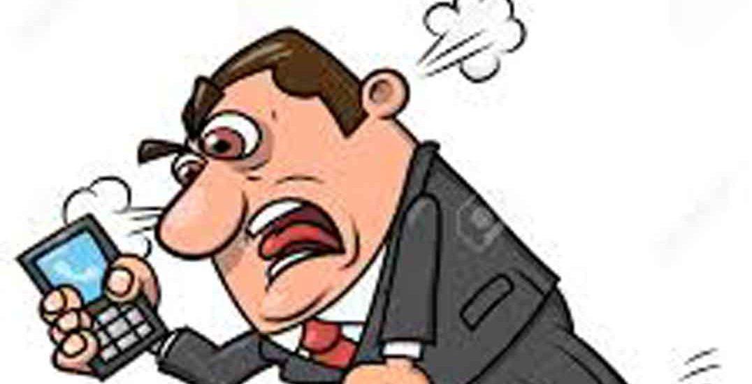 Caricatura dibujo de hombre enfadado mientras habla por teléfono. Le sale humo de las orejas