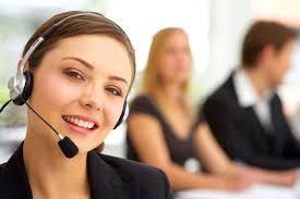 anuncio atención al cliente, chica guapa joven con auriculares con micro incorporado mirando a cámara sonriente