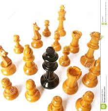 Figuras blancas de ajedrez rodeando a un rey negro