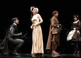 escena teatro siglo XVII, galán de época arrodillado ante una dama que mira hacia atrás a otros personajes