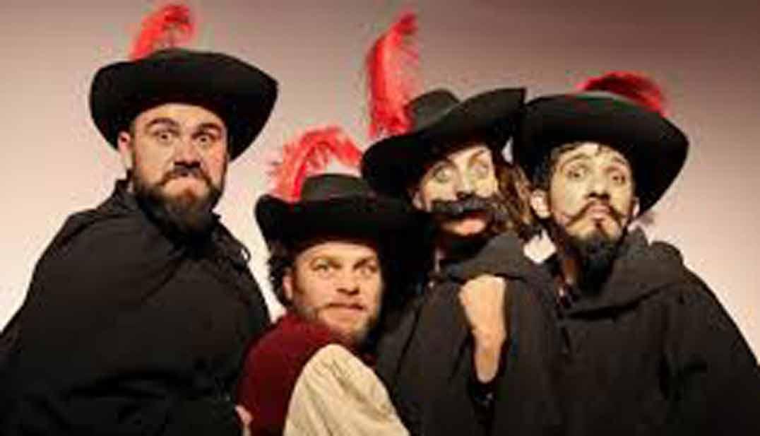 acuso, acusar, imagen de cuatro mosqueteros cómicos, en gesto humorísitco agresivo hacia la cámara