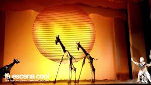 imagen de jirafas, escena del musical el Rey León, teatro lope de vega
