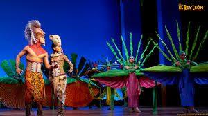 imagen de simba y nala adultos en escenario, escena del musical el Rey León, teatro lope de vega