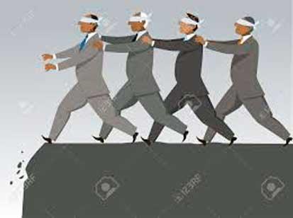 hombres vendados hacia barranco