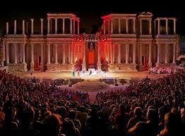 Teatro romano de noche con espectñaculo
