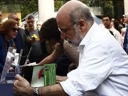 Autor de #Patria, firmando libros