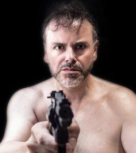 hombre con pistola blog literario lluvia en el mar