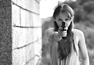 niña con pistola blog literario lluvia en el mar