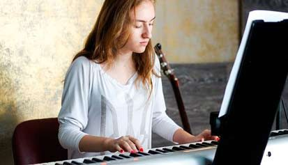 mujer tocando el piano
