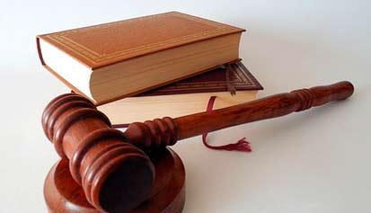 martillo de juez y libro