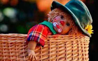 muñeco payaso triste llorando en cesta de mimbre